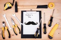 Инструменты ремонта - молоток, отвертки, регулируемые ключи, плоскогубцы Лист белой бумаги Мужская концепция на День отца стоковые фотографии rf