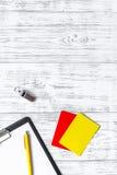 Инструменты рефери Желтые и красные карточки, свисток, пусковая площадка на деревянном copyspace взгляд сверху предпосылки Стоковые Фото