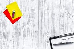 Инструменты рефери Желтые и красные карточки, секундомер, свисток на деревянном copyspace взгляд сверху предпосылки Стоковое фото RF