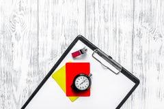 Инструменты рефери Желтые и красные карточки, секундомер, свисток на деревянном copyspace взгляд сверху предпосылки Стоковое Изображение