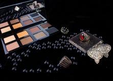 Инструменты состава & серебряные аксессуары на мехе чернят предпосылку Стоковое Изображение