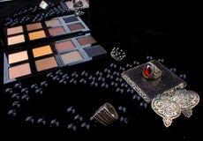 Инструменты состава & серебряные аксессуары на мехе чернят предпосылку Стоковая Фотография RF
