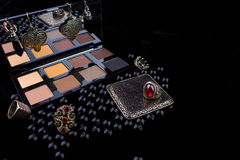 Инструменты состава & серебряные аксессуары на мехе чернят предпосылку Стоковое Фото
