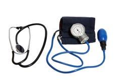 Инструменты сотрудник военно-медицинской службы - стетоскоп и tonometer изолированные на белизне Стоковая Фотография RF