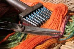Инструменты ткачей и покрашенные шерсти Стоковое Фото