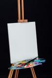 Инструменты щеток художника, деревянная тренога мольберта, палитра красочная Черная предпосылка, студия, никто стоковая фотография rf