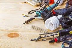 Инструменты электрика на таблице Стоковые Изображения