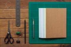 Инструменты для ремесла bookbinding руки стоковое фото