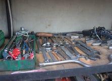 Инструменты для ремонта автомобиля Оборудование ремонта автомобиля в резцовой коробке в ремонтной мастерской автомобиля Стоковое Изображение