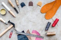 Инструменты для ремонтировать ботинки на сером каменном космосе взгляд сверху предпосылки стола для текста стоковые изображения rf