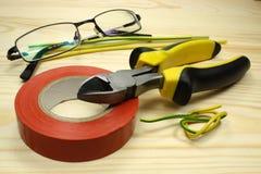 Инструменты для связывать проволокой на деревянном столе стоковые фото