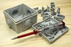 Инструменты для связывать проволокой на деревянном столе стоковая фотография