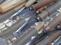 Инструменты для того чтобы высечь деревянные скульптуры в магазине плотника Стоковые Фото