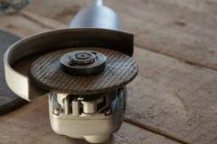 Инструмент для отрезка сталь - точильщик в мастерской стоковое изображение rf