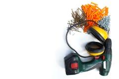Инструмент здания Отвертка, наушники, ногти и винты на белизне Стоковое Фото