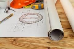Инструмент измерения со шлемом и кофе на светокопии, архитектурноакустической концепции стоковое фото rf