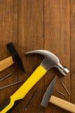 Инструмент и ноготь молотка на древесине стоковое изображение rf