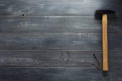 Инструмент и ноготь молотка на древесине стоковое изображение