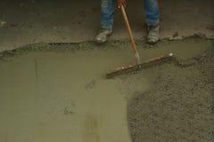 Инструмент лопаткы отделкой пользы работника большой для того чтобы приглаживать и выравнивать малый r Стоковые Изображения RF