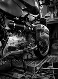 Инструмент на платформе и одиночная крышка головки цилиндра в мотоцикле ходят по магазинам, черно-белая сцена, черно-белое изобра Стоковая Фотография