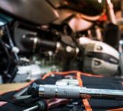 Инструмент на таблице с одиночной крышкой головки цилиндра мотоцикла Стоковая Фотография RF