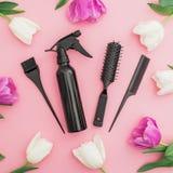 Инструмент парикмахера - брызг, гребни и цветки тюльпанов на розовой предпосылке перл макроса имитировать поля детали глубины кон Стоковое фото RF