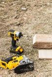Инструмент сверла рядом с куском дерева стоковое фото