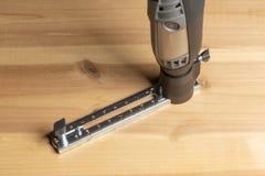 Инструмент с аксессуарами, multi инструмент сверла роторный на деревянном столе стоковое изображение rf