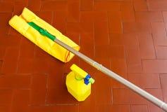 Инструмент для пылиться пола и уборщик для того чтобы помыть его Стоковые Изображения RF
