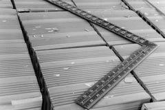 Инструмент Masonry - стальной квадрат Стоковая Фотография RF