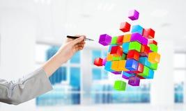 Интегрируя концепция новых технологий с диаграммой куба плавая в воздух Мультимедиа стоковые фотографии rf