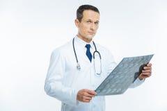 Интеллектуальный медицинский работник держа изображение mri человеческой головы Стоковые Фотографии RF