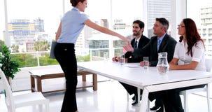Интервьюируйте панель говоря с молодым заявителем и тряся ее руку видеоматериал