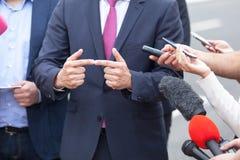 Интервью средств массовой информации плохая ложная рука жеста не значит нет портрет персоны счастья бизнесмена дела Стоковое фото RF