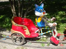 Интересные, жизнерадостные яркие carousels в форме животных с тележкой для детей на летний день Стоковое Фото