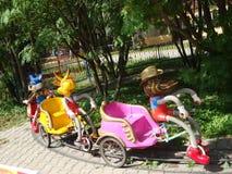 Интересные, жизнерадостные яркие carousels в форме животных с тележкой для детей на летний день Стоковые Изображения RF