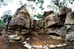 Интересные утесы паркуют с коричневым цветом делают симпатичный каменный парк Стоковое Изображение RF