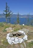 Интересный взгляд каменного круга от огня и озера Baik Стоковое Изображение RF