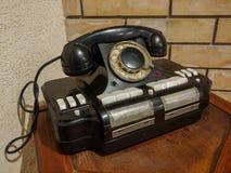 Интересный, винтажный дисковый телефон, как комната дизайна стоковая фотография rf