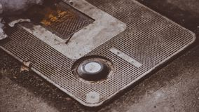 Интересный объект нашел покрывать землю на улице ` Alene Coeur d делая интересную съемку крупного плана макроса Стоковая Фотография RF