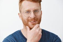Интересный, я думаю что вы приспосабливает нашу компанию Pleased заинтригованный творческий и красивый босс redhead в голубой фут стоковая фотография