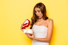 Интересуют подарочная коробка отверстия девушки на день ` s валентинки Стоковые Изображения RF