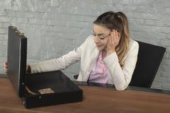 Интересы бизнес-леди о предложении взятки стоковое изображение