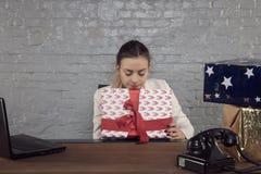 Интересы бизнес-леди о содержании подарка стоковое фото rf