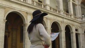Интерес путешественника пока владения карта и пункт к направлению с ее пальцем видеоматериал