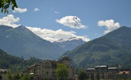 Интерлакен/Швейцария - 17-ое июля 2018: Параплан в небе стоковая фотография