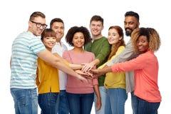 Интернациональная бригада счастливых людей держа руки стоковое изображение rf