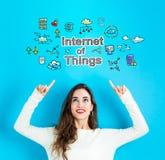 Интернет вещей при молодая женщина смотря вверх стоковые фото