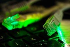 Интернет включает клавиатуру портативного компьютера, накаляя стекловолокна близко вверх по съемке стоковое изображение