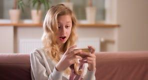 Интернет девушки занимаясь серфингом на smartphone Стоковое Изображение RF